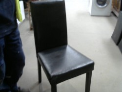 chaise en simili cuir noir