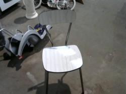 chaise en formica grise